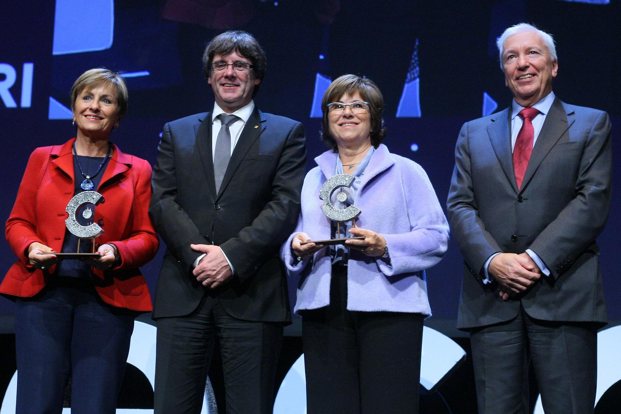 Immaculada i Joana Amat amb el Premi Personalitat de CECOT